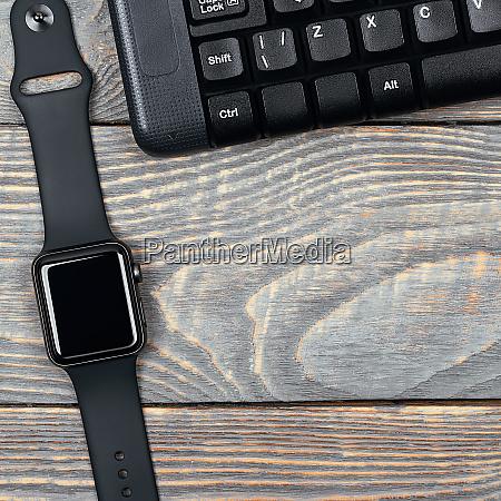 arbeitsplatz smart watch tastatur maus auf