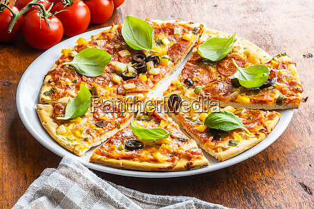 leckere salami pizza