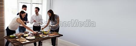 freunde essen gesundes essen