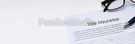 titel versicherungsformular ueber white desk