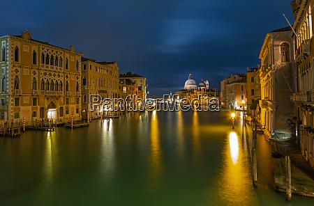 canal grande in venedig bei nacht