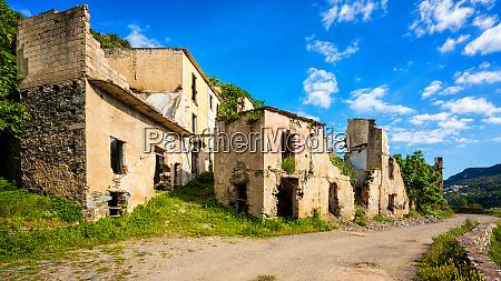 verwuestete gebaeude einer verlassenen stadt architektur