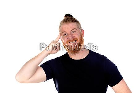 rothaariger mann mit langem bart denken