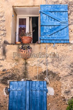landhaus mit blauen rolllaeden in villars