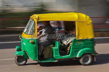 indische auto autorickshaw auf der strasse
