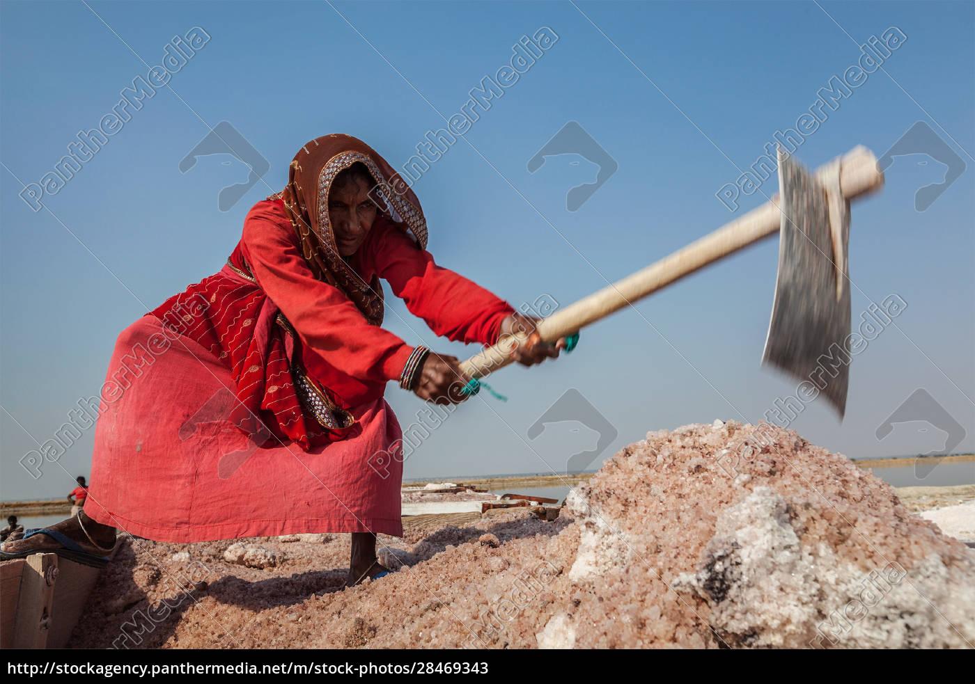 women, mining, salt, at, lake, sambhar, - 28469343