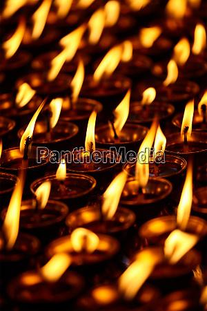 brennende kerzen im buddhistischen tempel dharamsala