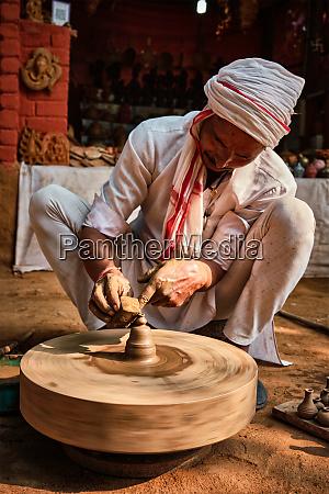 indischer toepfer bei der arbeit shilpagram