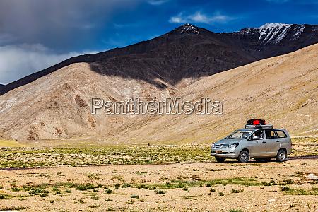 modernes mpv auto unterwegs im himalaya