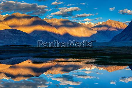himalaya bei sonnenuntergang nubra tal ladakh