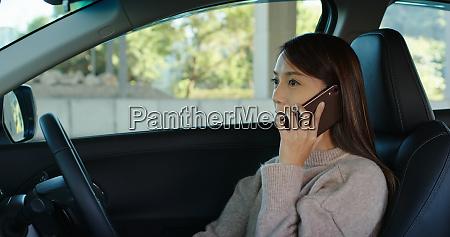 frau sprechen mit handy und fahren