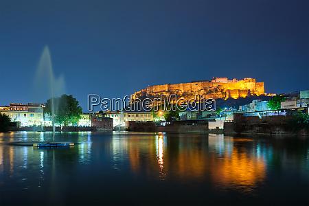 mehrangarh fort in der daemmerung jodhpur