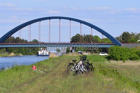 mit dem fahrrad auf einem kanal