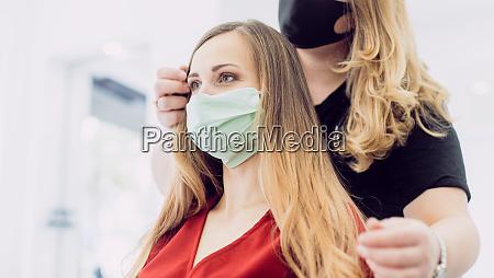 frau mit frischen haaren styling in