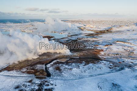 luftaufnahme des geothermischen dampftopfs gunnuhver reykjanes