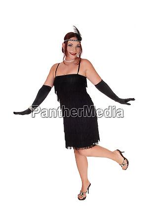 frau tanzt in einem schwarzen kleid