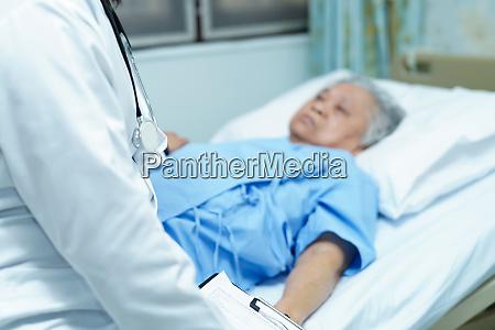 asiatische seniorin oder aeltere dame patientin