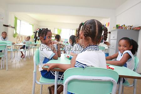 kinder im klassenzimmer der oeffentlichen schule