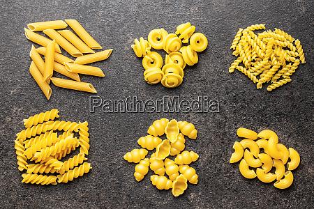 penne roh pasta italienisch lebensmittel gelb