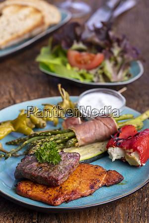 gegrilltes fleisch und gruener spargel auf