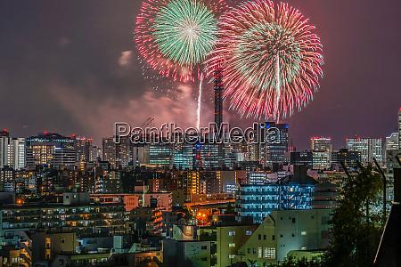 yokohama skyline und feuerwerk minato mirai