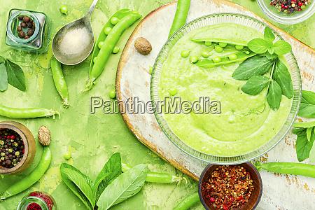 traditionelle suppe mit erbsen