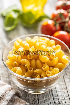 rohe italienische pasta in glasschuessel