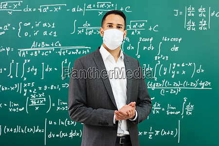 universitaetsprofessor standing in class