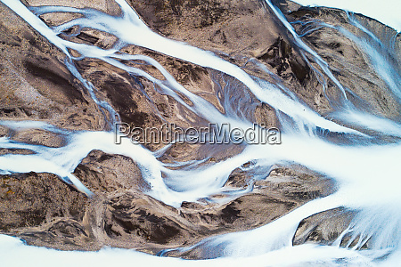 luftaufnahme des gletscherflusses jokulvisl im hochland