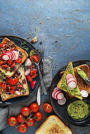 fruehstueck mit toast sandwiches mit avocadoaufstrich