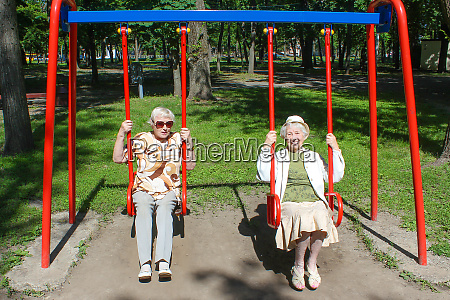 zwei reife frauen im park