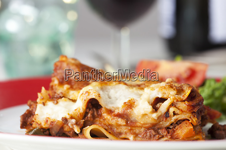 portion der klassischen italienischen lasagne auf