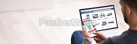 online ecommerce store holding telefon