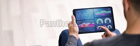 geschaeftsmann mit business analytics informationstechnologie