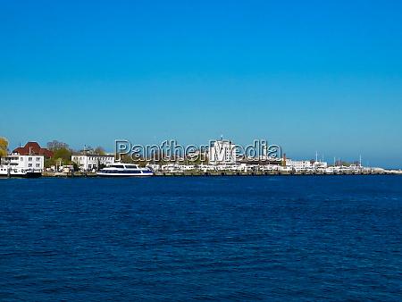 schiffe in der hafeneinfahrt der ostseekueste