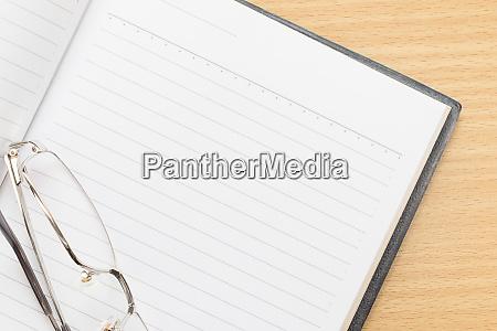 notizbuch leere seite und brille oeffnen