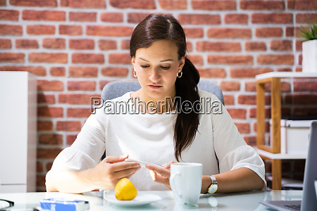 kranker arbeiter im buero mit grippe