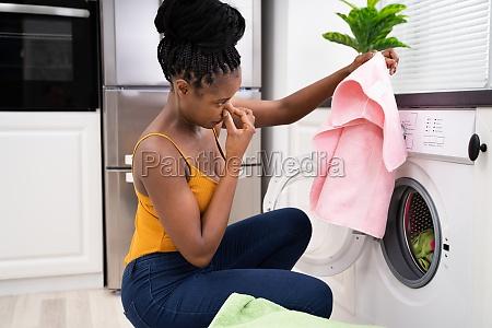 zerbrochene stinkende waschmaschine