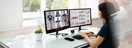 online videokonferenzbesprechung ansehen