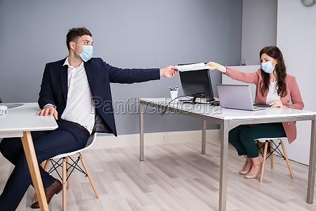 arbeiten im buero tragen medizinische gesichtsmasken