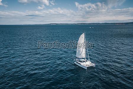 luftaufnahme des segelbootes das entlang der