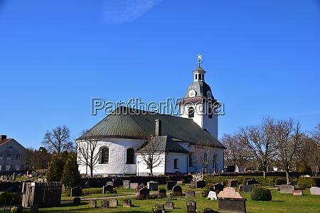 traditioneller schwedischer friedhof mit kirche kalmar