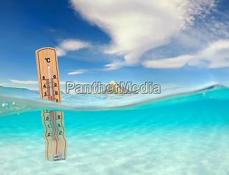 tuerkisfarbenes meer mit unterwasserblick und thermometer