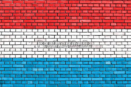 flagge von luxemburg auf ziegelwand gemalt