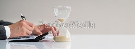 verspaetete rechnung und hourglass deadline arbeiten