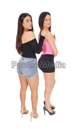 zwei schoene frauen stehen in shorts