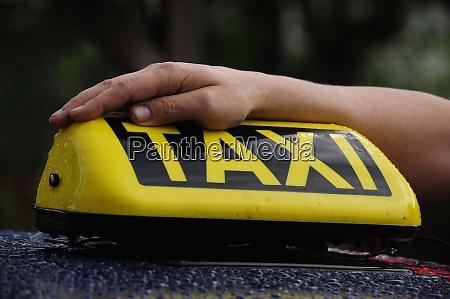 taxi schild mit arm von taxifahrer