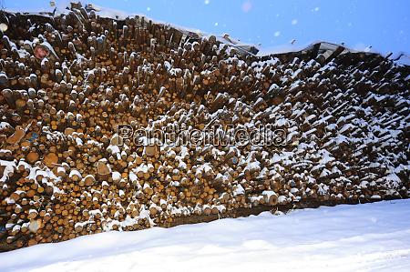brennholz heftklammer zum heizen im winter