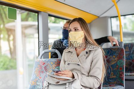 personen die masken im bus tragen