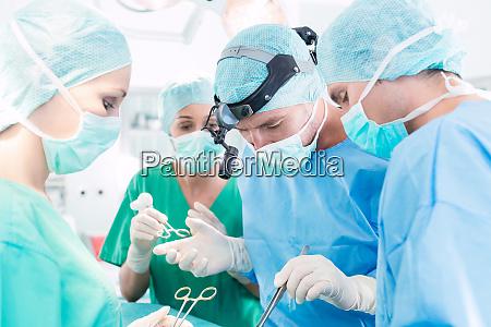 chirurgen die patienten im operationssaal operieren